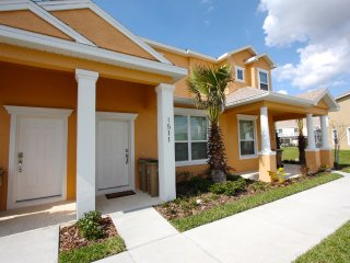 3 bed 3 bath townhome with splash pool and balcony, Clermont