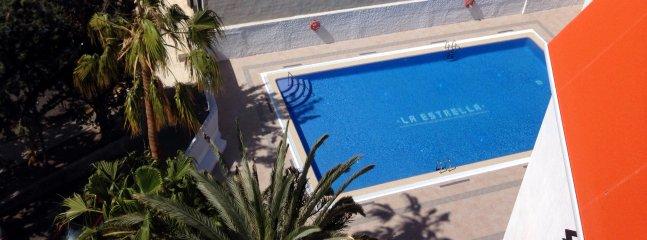 vista para a piscina do apartamento