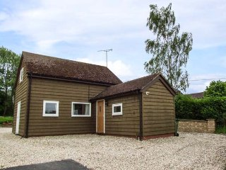 PAINTER'S COTTAGE, detached timber clad barn conversion, king-size bed, WiFi, Ki