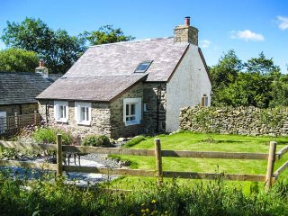 HEN FFERMDY, romantic retreat, detached, en-suite king-size bedroom, Aberaeron, Ref 939857