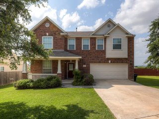 4BR Live Oak House w/Large Backyard & Game Room