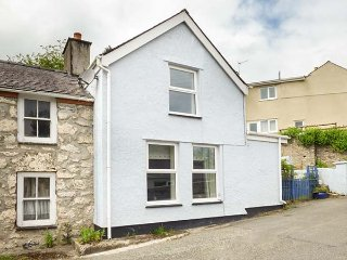 BRYN DIFYR, semi-detached, woodburner, pet-friendly, enclosed courtyard, in Pentraeth, Ref 933907