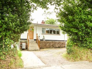 COMPASS COTTAGE, all ground floor, off road parking, enclosed garden, in Saunder
