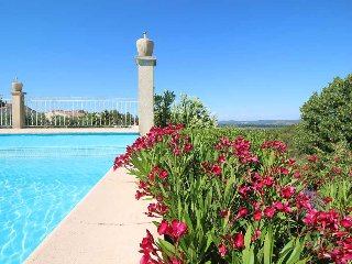 Beaucaire Gard, apartment 4p. comfort, big garden, pool,