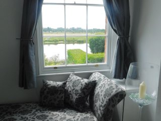 LOVELY HOUSE LOOKING DIRECTLY ON TO THE RIVER DEE!