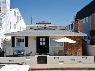 Remodeled 3 Bedroom Beach House + 1 Bedroom Apartment Steps to the Beach, Newport Beach