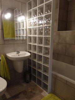 Segundo cuarto de baño con bañera en el semisotano