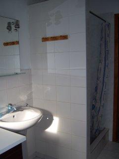 Salle d'eau avec douche -évier et toilettes