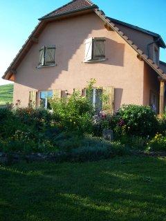 Façade Sud avec salon de jardin sur terrasse