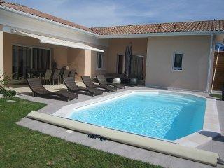 maison moderne avec piscine chauffee privee