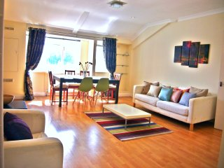 LARGE 3-Bedroom Luxury Flat by HYDE PARK, London