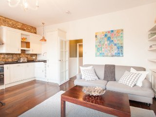 2bed Victorian flat with park views and central, Londres