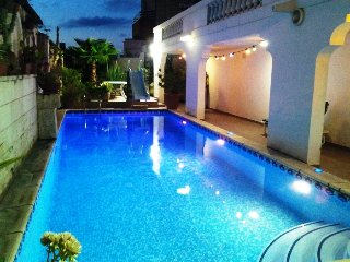 Large Villa in St Julian's - Paceville - 4 Bedrooms A/C - Large Pool - Sleep 12, San Julián