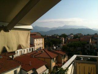 attico con terrazzo sulle Apuane, Viareggio