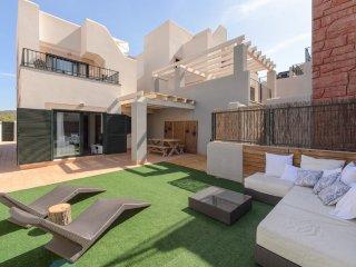 Estupenda casa con vistas al mar y piscina, Cala Tarida