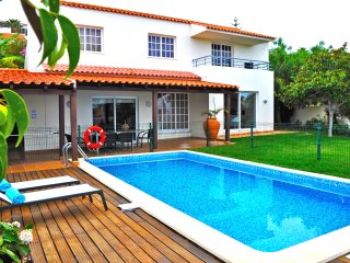Private Family Retreat with Pool and Seaview, Caniço