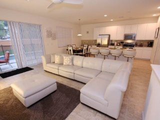 End Unit 4 Bedroom Town Home Located in Bella Vida. 800LFD, Kissimmee