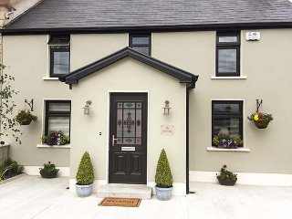 NONO'S COTTAGE, semi-detached, two en-suite bedrooms, solid fuel stove, pet-friendly, patio, nr Rathmore, Ref 934470