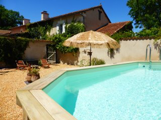 Les Rossignols, rural gîte with pool, Riberac