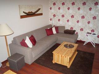 Wohnzimmer mit ausklappbarer Schlafcouch