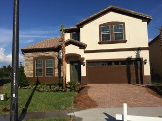 Superb 8 bed roomed home with private pool and spa, Kissimmee