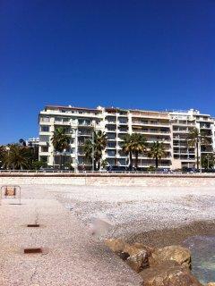 La façade depuis la plage (de gauche à droite 2nde résidence), avant dernier étage à droite