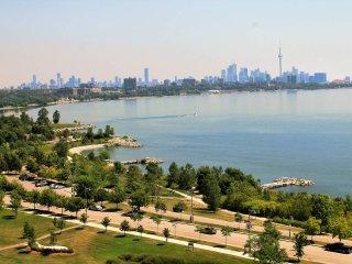 2BR Lakefront Gem w/parking, Toronto