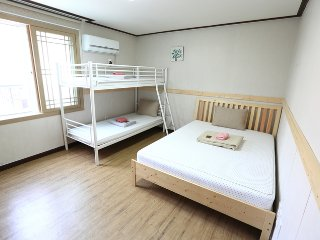 Cozy, clean Family room near airport, Jeju