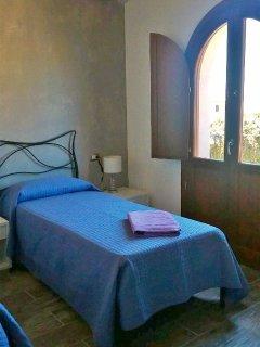 Camera con letti da matrimoniale a singoli e accesso terrazzo
