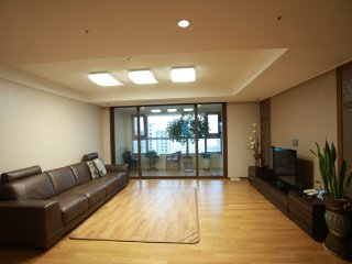 Double bed room in apartment near beach and Oryukdo, Busan