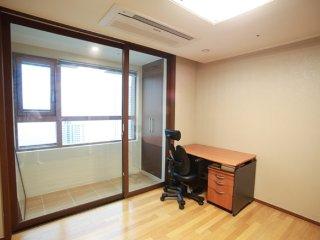 Clean Ondol room in apartment near beach and Oryukdo, Busan