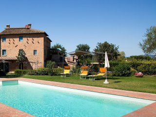 Villa Il Casone, large farmhouse with great pool, Montecchio