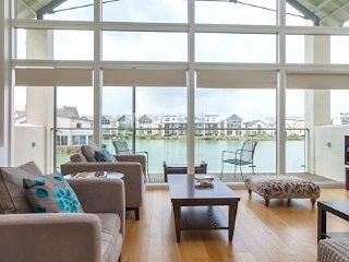Stunning Waterfront Cotswold Lake House, Somerford Keynes