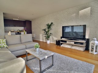 Modern Apartment With Roof Garden / Running Track, Bristol