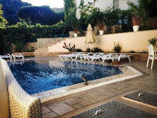 Garden Villa Retro - With Swimming Pool, Close to Town Center & Beach