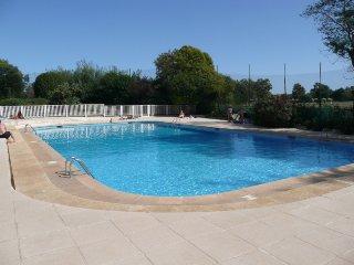 Grand studio piscine pres des plages et commerces