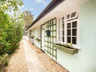 PRIMROSE COTTAGE, terraced, all ground floor, private garden, pet-friendly