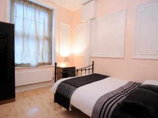 HOLIDAY APARTMENT 2 DOUBLE BEDROOMS ON NW3, Londen