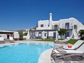 Aqua Breeze North Villa with pool by the sea, Plaka