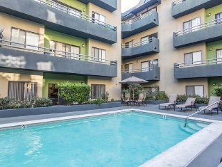 AMAZING DOUBLE SUITES 2+2 PRIVATE BED/BATH+Patio+Pool+2 Pkgs+near Walk-Of-Fame