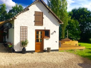 Beautiful cottage with wood burning hottub, Les Champeaux
