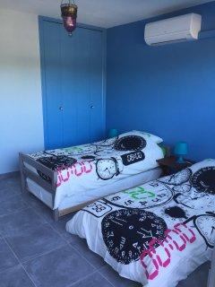 Chambre avec 2 lits gigogne (4 couchages) et placard de rangement