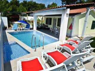 CHARMING HOUSE WITH POOL NEAR SEA, Milna