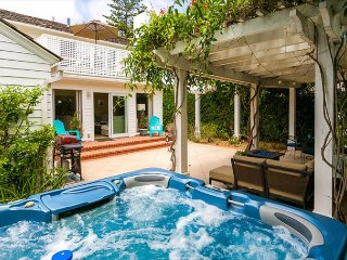 Discounted December Rates - Walk to Beach - Cape Cod Charmer -  Jacuzzi, La Jolla