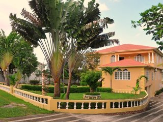 Luxury Villa with Swimming Pool & Beach Access, Runaway Bay