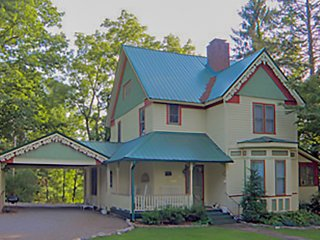 Victorian Retreat -Statly Turn of the Century Home, Franklin