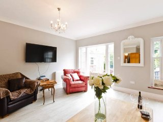 LONDON HOUSE 5 DOUBLE BEDROOMS/PARKING/TUBE/GARDEN, Londen