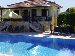 ARIS maisonette with pool & garden, near the sea