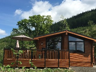 New Luxury Log Cabin w Hot Tub and Morning Patio, Lochearnhead