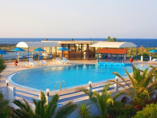 Apartment Directly by the Beach (Zorbas Village), Stavros